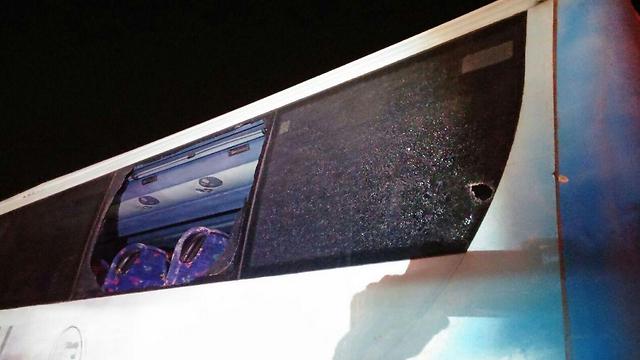 אוטובוס ניזוק כתוצאה מנפילת הרקטה, הערב בשדרות (צילום: דוברות משטרה לכיש) (צילום: דוברות משטרה לכיש)