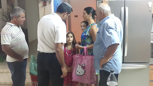 בני משפחת אל גזר מנסים להתאושש מהבהלה (צילום: רועי עידן) (צילום: רועי עידן)