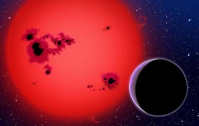 הדמיית אמן של ננס אדום וכוכב לכת מסוג ענק גז מקיף אותו (צילום: DAVID A. AGUILAR (CFA/HARVARD-SMITHSONIAN)) (צילום: DAVID A. AGUILAR (CFA/HARVARD-SMITHSONIAN))