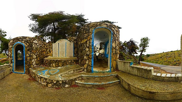 הקברים במערת האידרא (צילום: משה אפנזר) (צילום: משה אפנזר)