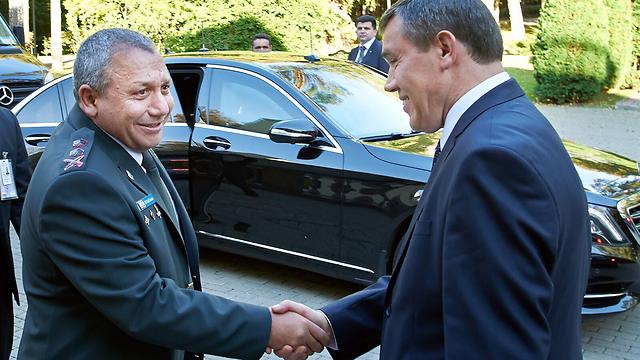"""הרמטכ""""ל גדי איזנקוט עם הגנרל ואלרי גרסימוב (צילום: דובר צה""""ל) (צילום: דובר צה"""
