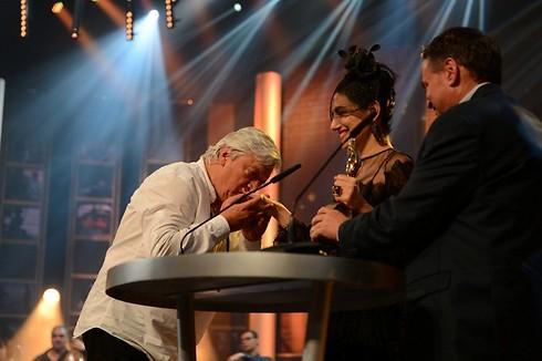 עושים כבוד לרונית אלקבץ בטקס פרסי אופיר האחרון (צילום: אבי רוקח) (צילום: אבי רוקח)