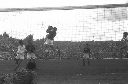 """חודורוב במשחק מול ברית המועצות. """"ציפור מעופפת"""" (צילום: לע""""מ)"""