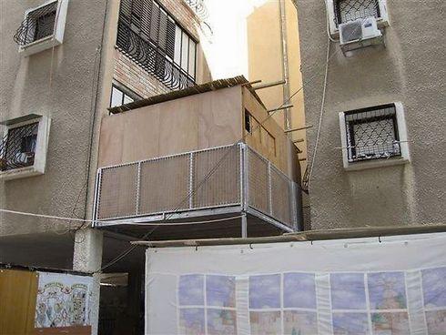 סוכה על עמודים. המרפסת הישראלית עברה גלגולים לאורך השנים (צילום: עיריית חולון) (צילום: עיריית חולון)