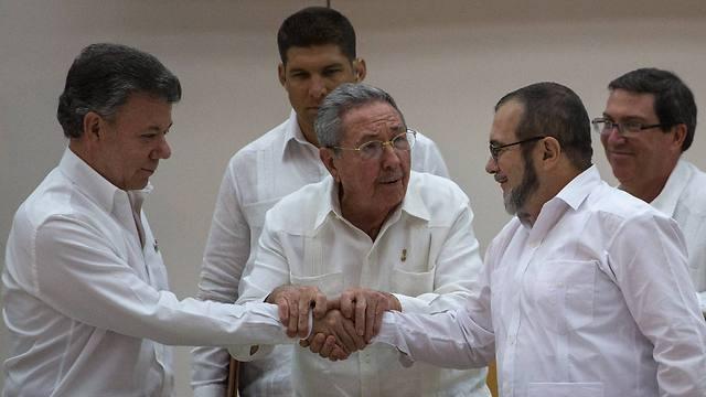 טימושנקו, קסטרו וסנטוס  (צילום: AP) (צילום: AP)