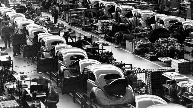 המפעל בוולפסבורג בגרמניה מייצר חיפושיות ב-1954 (צילום: AP) (צילום: AP)
