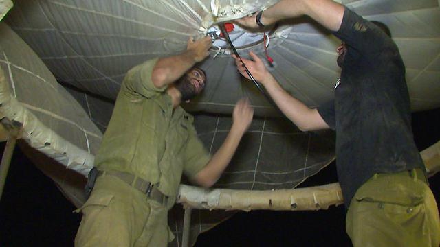 מנפחים את בלון התצפית (צילום: אלי סגל) (צילום: אלי סגל)