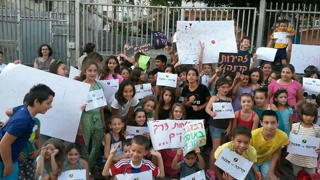 מחאת התלמידים הבוקר מחוץ לבית ספר אוסישקין בתל אביב (צילום: רן גרינברג)