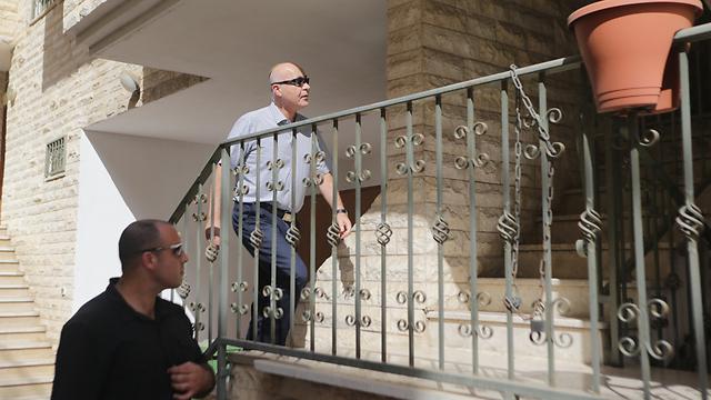 """ראש השב""""כ יורם כהן מגיע לבית סגנו ר' (צילום: ירון ברנר) (צילום: ירון ברנר)"""