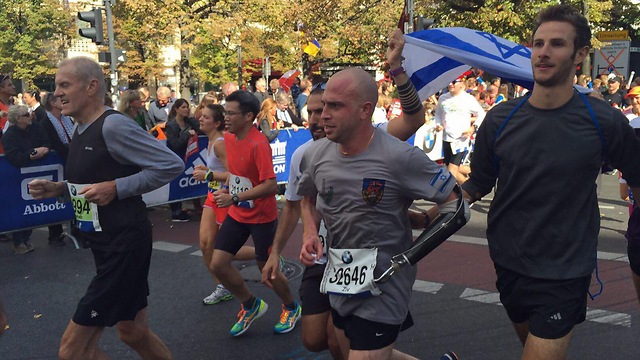 הברך קרסה, אך המשיך לרוץ. שילון במרתון ברלין (צילום: דולב שלומוביץ) (צילום: דולב שלומוביץ)