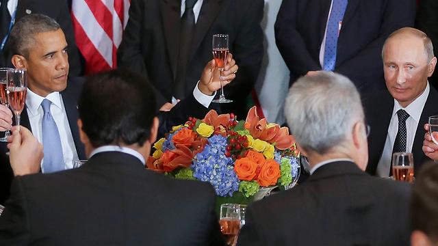 Obama toasting peace. (Photo: AP)