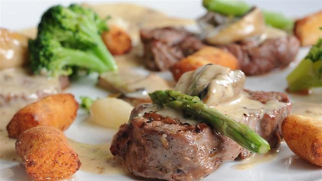 מבחר מנות גם בשבת במסעדת פדרו (צילום: מוטי חזן)