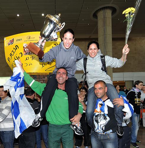 עם גביע היורוקאפ ב-2011. שי דורון ושירן צעירי (צילום: יובל חן) (צילום: יובל חן)