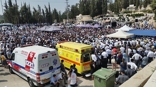אלפים הגיעו להר המנוחות ללוות את בני הזוג הנקין שנרצחו (צילום: אלי מנדלבאום) (צילום: אלי מנדלבאום)