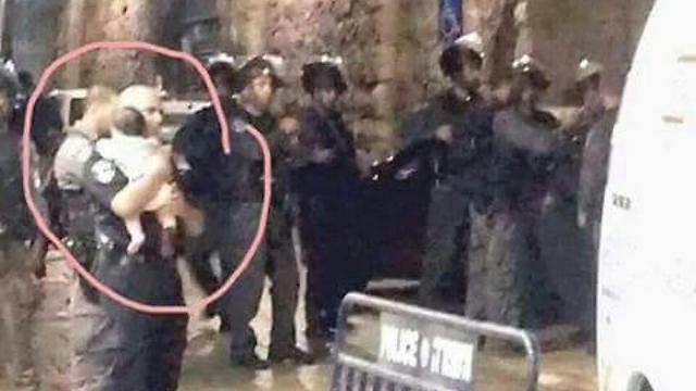 המשטרה לוקחת את התינוקת של משפחת בנט שלא נפגעה ()