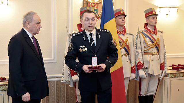 קצין המשטרה המולדובי שניהל את חקירות ההברחות. קונסטנטין מאליץ' מקבל אות הוקרה מנשיא מולדובה ניקולאיה טימופטי (צילום: AP)