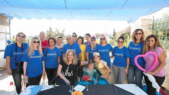 תמר ומתנדבות עמותת make a wish (צילום: אייל גזיאל) (צילום: אייל גזיאל)