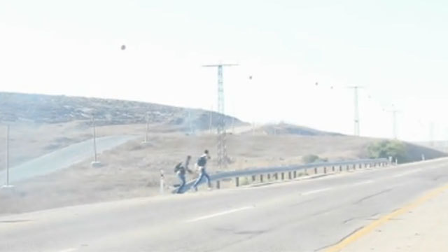 חוצים את הגדר... (צילום: מועצה איזורית בני שמעון) (צילום: מועצה איזורית בני שמעון)