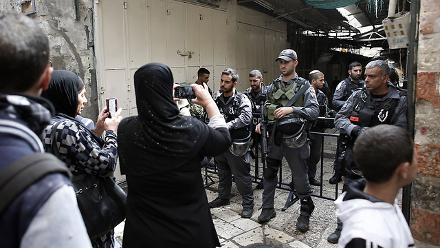 Palestinians and Border Police at the Temple Mount (Photo: AFP)