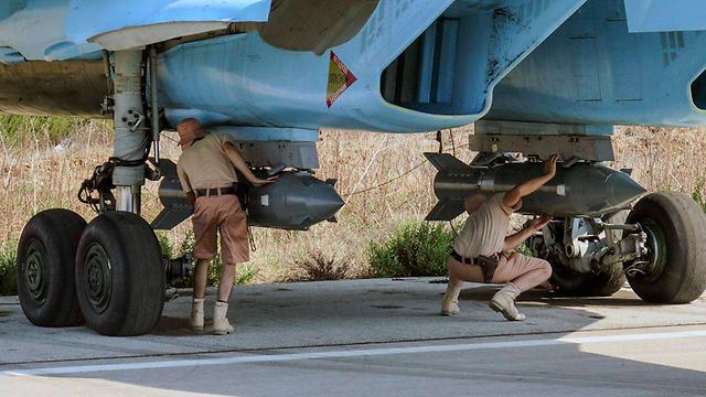 טכנאים רוסים ליד לטקייה (צילום: EPA) (צילום: EPA)
