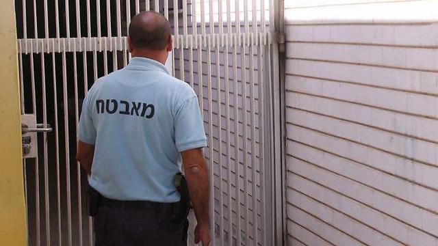 27,722 מאבטחים נושאים נשק אחרי שעות העבודה. אילוסטרציה (צילום: מוטי קמחי) (צילום: מוטי קמחי)