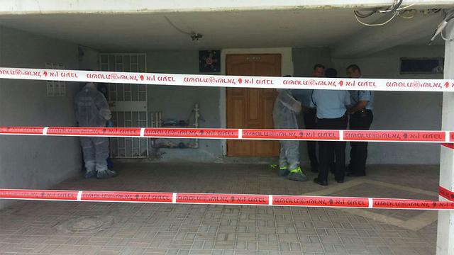 שוטרים בזירת הרצח (צילום: עידו בקר) (צילום: עידו בקר)