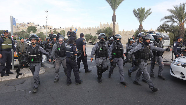 Border Police at the scene of an attack at the Damascus Gate in Jerusalem (Photo: Gil Yohanan)