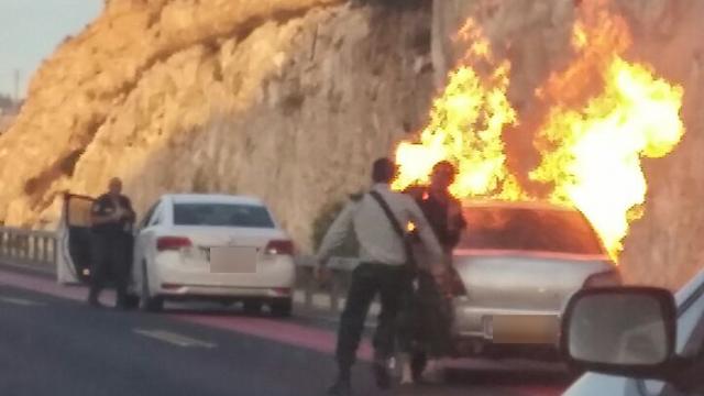 המכונית של המחבלת אחרי הפיצוץ, הבוקר (צילום: מלי חפצדי) (צילום: מלי חפצדי)