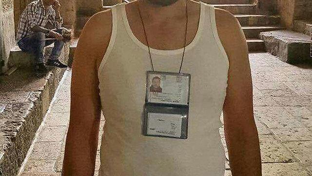 נושא תעודת זהות ישראלית על החזה ()