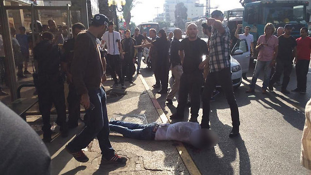 The netralized terrorist at the scene of the first Ra'anana attack (Photo: Barak Ben-Dror)