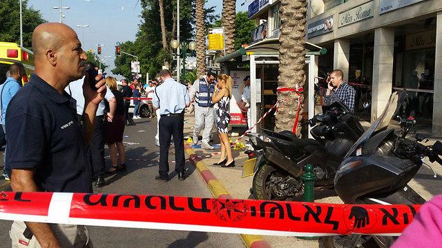 בזירת הפיגוע הראשון ברעננה הבוקר (צילום: נטעלי ויינר) (צילום: נטעלי ויינר)