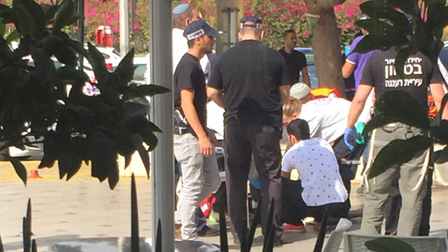 טיפול בפצועים בפיגוע ליד בית לוינשטיין (צילום: נוי פרץ) (צילום: נוי פרץ)