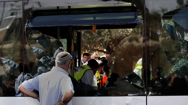 זירת הפיגוע באוטובוס בארמון הנציב (צילום: AFP) (צילום: AFP)