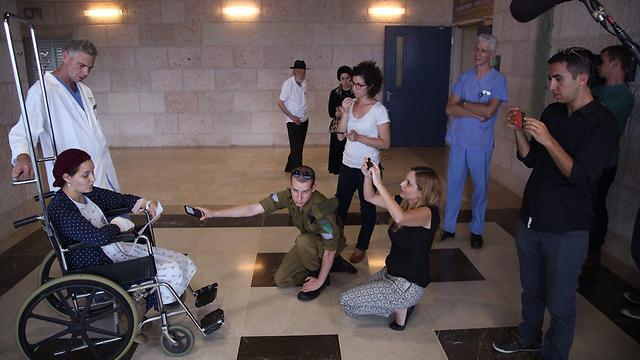 אדל בנט, אלמנתו של אהרן, משתחררת מבית החולים (צילום: מוטי קמחי) (צילום: מוטי קמחי)