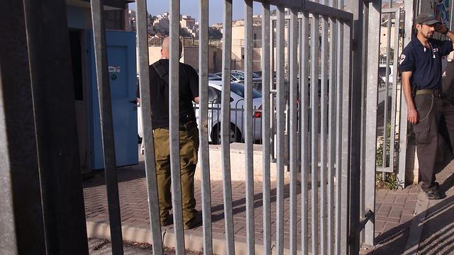 מאבטח בכניסה לחטיבה שבה לומד הנער שנפצע (צילום: מוטי קמחי)