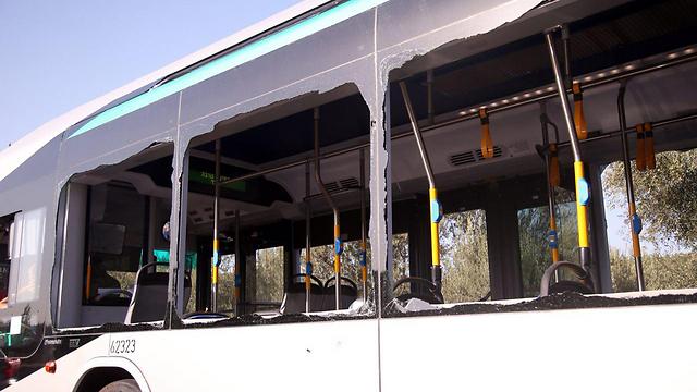 האוטובוס שבו היה הפיגוע בארמון הנציב (צילום: מוטי קמחי) (צילום: מוטי קמחי)
