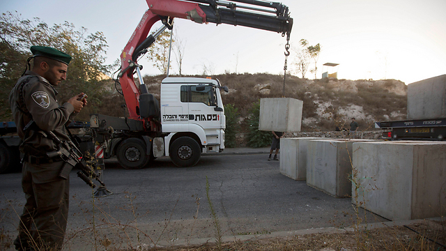 Construction of a concrete wall between Jerusalem neighborhoods of Armon Hanatziv and Jabal Mukaber. (Photo: AP)