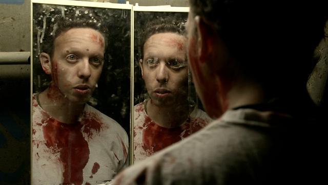 """דם לא אמיתי. איתי זבולון ב""""מסווג חריג"""" (צילום: מוש משעלי) (צילום: מוש משעלי)"""