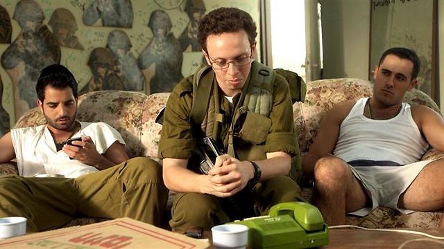 """איתי זבולון עם אסף בן שמעון וערן פרץ ב""""מסווג חריג"""" (צילום: מוש משעלי) (צילום: מוש משעלי)"""