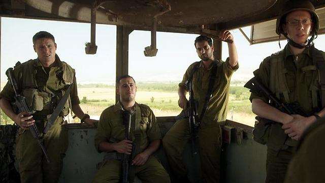"""אסף בן שמעון יושב במגדל השמירה של """"מסווג חריג"""" (צילום: מוש משעלי) (צילום: מוש משעלי)"""