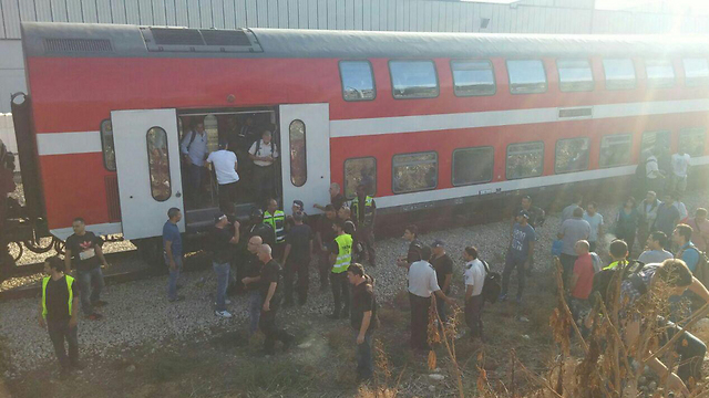 """נוסעים עצרו רכבת בחיפה בגלל נוסע חשוד וקצין ירה באוויר. """"לא היה מיומן בירי"""" ()"""