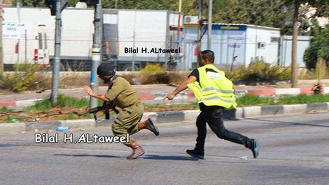 המחבל מסתער על החייל ודוקר אותו, לבוש בווסט עיתונאים