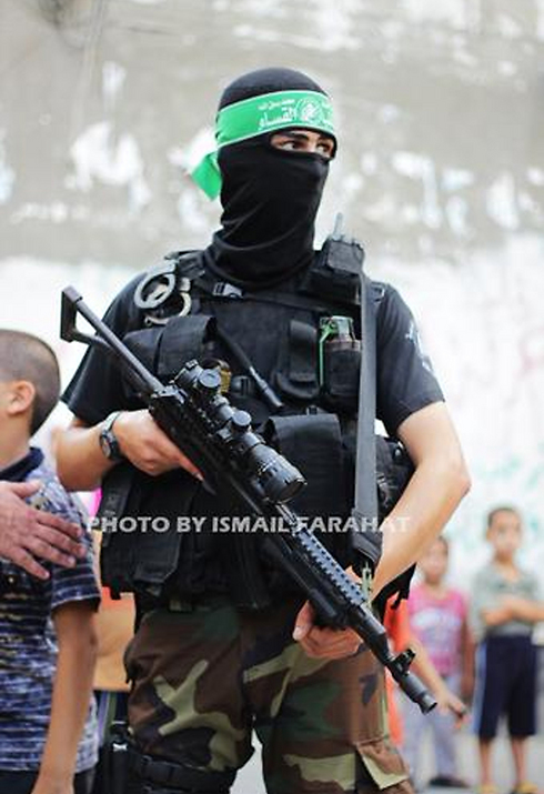 """ההרוג פרחאת במדי """"גדודי עז א-דין אל-קסאם"""" ()"""
