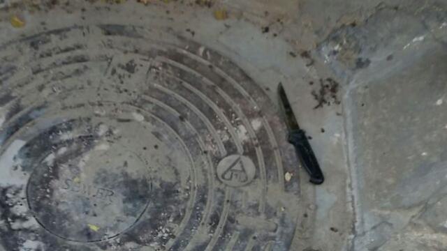 """הסכין בזירת ניסיון הפיגוע בחברון (צילום: """"חדשות 24/7"""") (צילום:"""