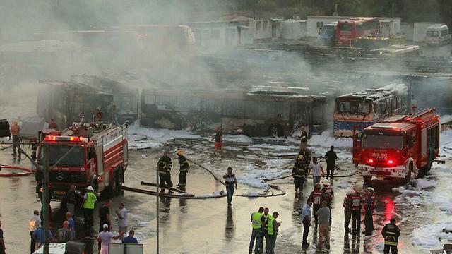 """השריפה בחניון """"דן"""", אתמול (צילום: עידו ארז) (צילום: עידו ארז)"""