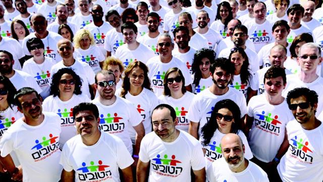 המתנדבים בתמונה קבוצתית (צילום: דודי אהרוני)