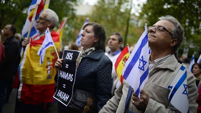 Israeli and Spanish flags in Madrid. (Photo: AFP)