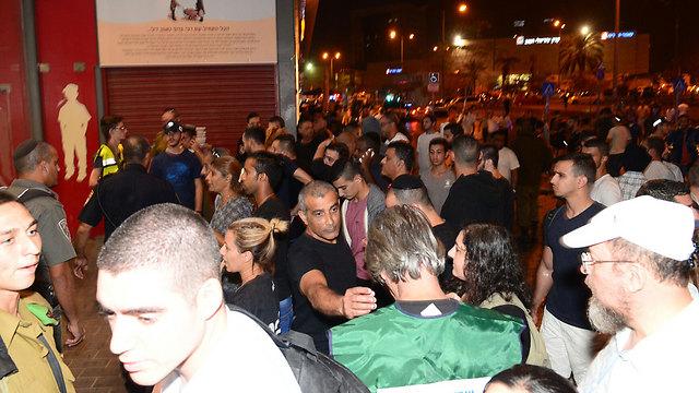 ההתגודדות מול התחנה, אתמול בערב (צילום: הרצל יוסף) (צילום: הרצל יוסף)