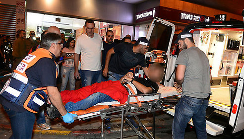 פינוי פצועים מהפיגוע בתחנה המרכזית (צילום: הרצל יוסף)