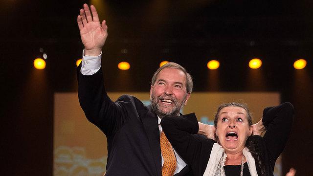 """רוצה לטפס מהמקום השני לראשון. מנהיג """"המפלגה הדמוקרטית החדשה"""" תום מולקר ורעייתו קתרין (צילום: AFP) (צילום: AFP)"""